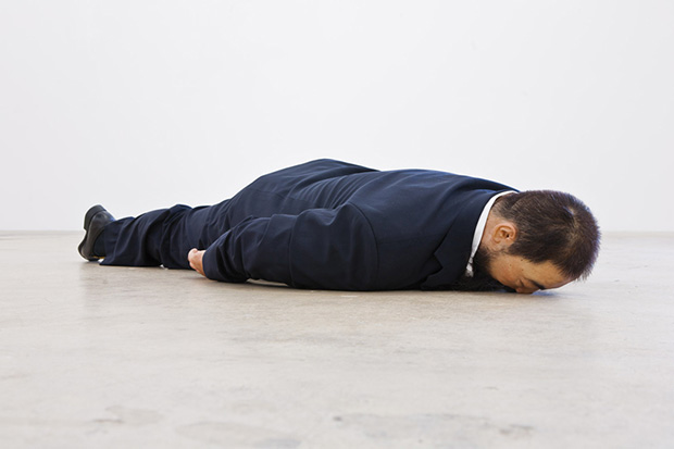 he-xiangyu-sculpts-ai-weiwei-face-down-on-the-floor